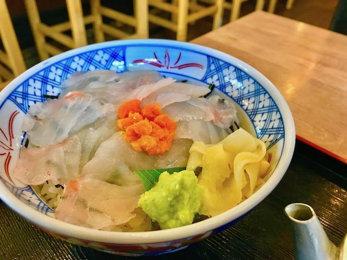 磯丸水産にて鯛の漁師丼
